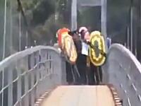 棺桶を担いだ葬儀の列が渡っていた吊り橋が崩壊し8名が死亡30名が怪我をした事故の瞬間
