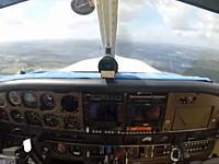 飛行機に鳥が衝突する瞬間。パイロットが負傷するも無事に着陸させるまで。