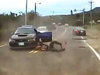 事故の瞬間ドライブレコーダー。車から投げ出された人が自分の車に轢かれる