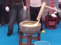 これが日本最大の指定暴力団「山口組」の餅つき行事の映像だ。