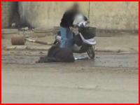 どんな無法地帯・・・。走ってきた男性を射殺してスクーターを盗むヤツの映像