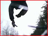 フロントガラスに映る吹っ飛んでいく男性の姿・・・。なんで飛び出した車載