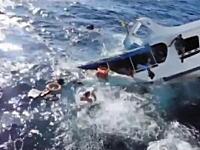 恐ろしいビデオ。プーケットで船が沈没。必死に逃げ出す乗客たちの映像。