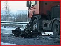 この残骸を見れば生きているハズないか・・・。4人が即死した雪道スリップ事故。