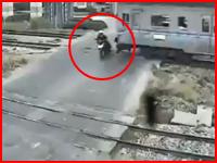 なぜ左を見ない・・・。遮断機の下りた踏み切りに侵入したミニバイクが列車にはねられる