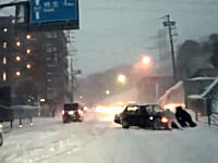 大雪の日の神奈川~東京を走ってみた動画。慣れない雪に四苦八苦する人たち。