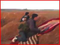 吹き飛ばされたか?戦闘員のすぐそばに迫撃砲が着弾する恐ろしい瞬間。