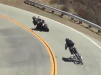 峠道でバイクのケツを煽るチャリンカー!?2WD電動チャリで最高速80km/hだって