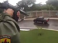 うめえ。ヘリコプターからタイヤを撃ちぬいて麻薬密売人を逮捕する映像。