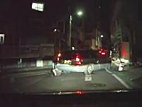 渋谷の路地でモロに車に踏まれてしまう酔っ払いの女性。警察呼ばずに行っちゃうの?