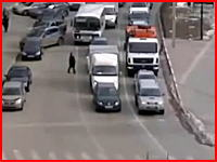ゴミ収集車の前を渡ろうとして轢かれてしまった女性。グロそうだけどグロなし安心