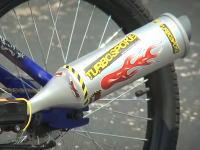 自転車に装着してバイクに乗っている気分になれるアイテムが登場してた。