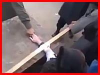 手首から下を刃物で切り落とされる動画がヤバい。ヤバすぎる。酷い酷すぎる。