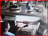 スーパーのレジ打ちの女性が拳銃を持った強盗(少年)に至近距離から頭を撃たれる