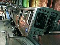シカゴで起きた電車脱線事故がとんでもない!終点を突き破ってエレベーターに乗り上げる