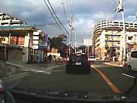 運転者のマナー。バスが発進しているのに強引に追い越す車たち。自己中動画。