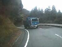 危ない対向ダンプカー。ブラインドカーブでインを攻めたダンプカーが危ない車載