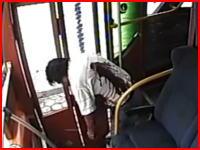 拳銃を持った強盗に対して抵抗してはいけない。バス強盗に撃たれてしまう男性