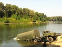 特殊な軍用車両ってカッコイイ動画。橋のない川に軍橋を架ける架橋車両の映像