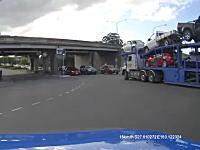 やっちまった事故。ガード下を通ろうとした自動車満載のトレーラーがガツン。