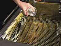 170℃の油に水を注いでもジュワッン!とならない動画。日本の技術ぱねえ。