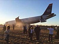 航空機事故。USエアウェイズ機事故で機内から脱出する乗客たちを撮影した映像。