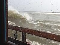 波が荒れている時は「海の見えるレストラン」で食事をするのは危険です動画