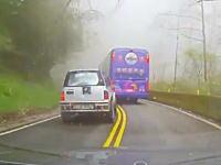 酷い運転。無謀な追い越し。霧で見通しの悪いワインディングロードでやっちまった