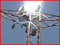 これが人間が高圧電線で感電してしまう瞬間の映像だ。頭から煙でてる・・・。