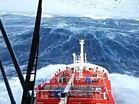 生音が怖い。荒れ狂う海に立ち向かう船の高画質映像。MH370捜索救難ミッション