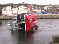 転覆しても勝手に起き上がる起き上がり小法師船のテストムービー。救難艇
