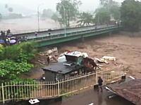 よく生きてた。壊滅的な大洪水の中で奇跡的に助けられた男性のビデオ。ソロモン