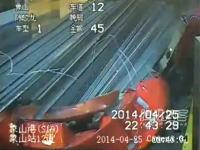 これは怖すぎる。積荷の鋼鉄がトラックの運転席を完全破壊してしまう事故の映像