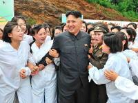 キム・ジョンウン(金正恩)がモテモテすぎるという写真20枚。気持ち悪い国だな。
