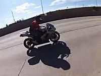バイクで225km/hで走行中によそ見をしてはいけない理由。前を向いたら突然!