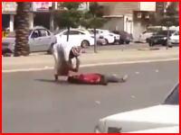 大通りで堂々と行われた犯行。交通量の多い通りでザクザクと人を刺している男。