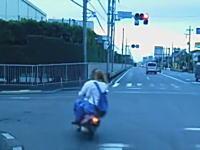 埼玉DQN動画。赤信号に侵入したノーヘル2ケツがトレーラーに突っ込みかける。