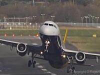 空港に強い横風が吹く中で離着陸を行う飛行機たちが大変そうだと人気に。