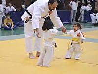 これは和むwww小さな女の子たちによる柔道の試合が可愛すぎワロタ動画。