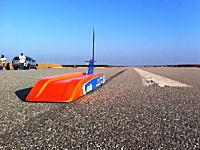 弾丸のように走り抜けるラジコン。RCカーを時速304キロで走らせたら一瞬しか見えない動画