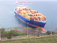 どうしてそうなった。真っ直ぐと陸に突っ込んで座礁してしまうコンテナ船の映像。香港