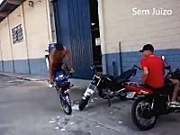 これはうめえwwwと思ったバイクのエクストリーム駐車。事故る動画かと思ったわw