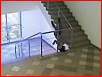 死にたかったのか。酒に酔った女が階段の踊り場から身を投げる。自殺未遂。