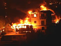 南米チリの大規模山火事が都市にまで広がり地獄のようになっている動画。死者11名。