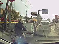 ジャパン箕面店前で原付の姉ちゃんが前を走る原付に突っ込む事故のドラレコ