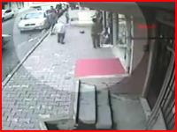 薬局の外で遊んでいた少年3人に車が猛スピードで突っ込んでくる恐怖の事故映像