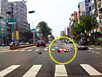 車に体当たりしてぶっ飛ばされるスクーターの姉ちゃんと20秒で駆け付ける救急車