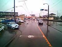 ノールック右折。神奈川で「止まれ」を無視した車が突っ込んできた車載。免許ある?