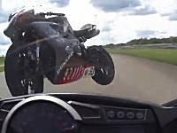 ライダーに向かって飛んでくる無人のオートバイ。サーキット走行で痛いクラッシュ。