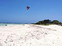 すげえ。カイトサーフィンで島を飛び越える世界チャンピョン。Youri Zoon